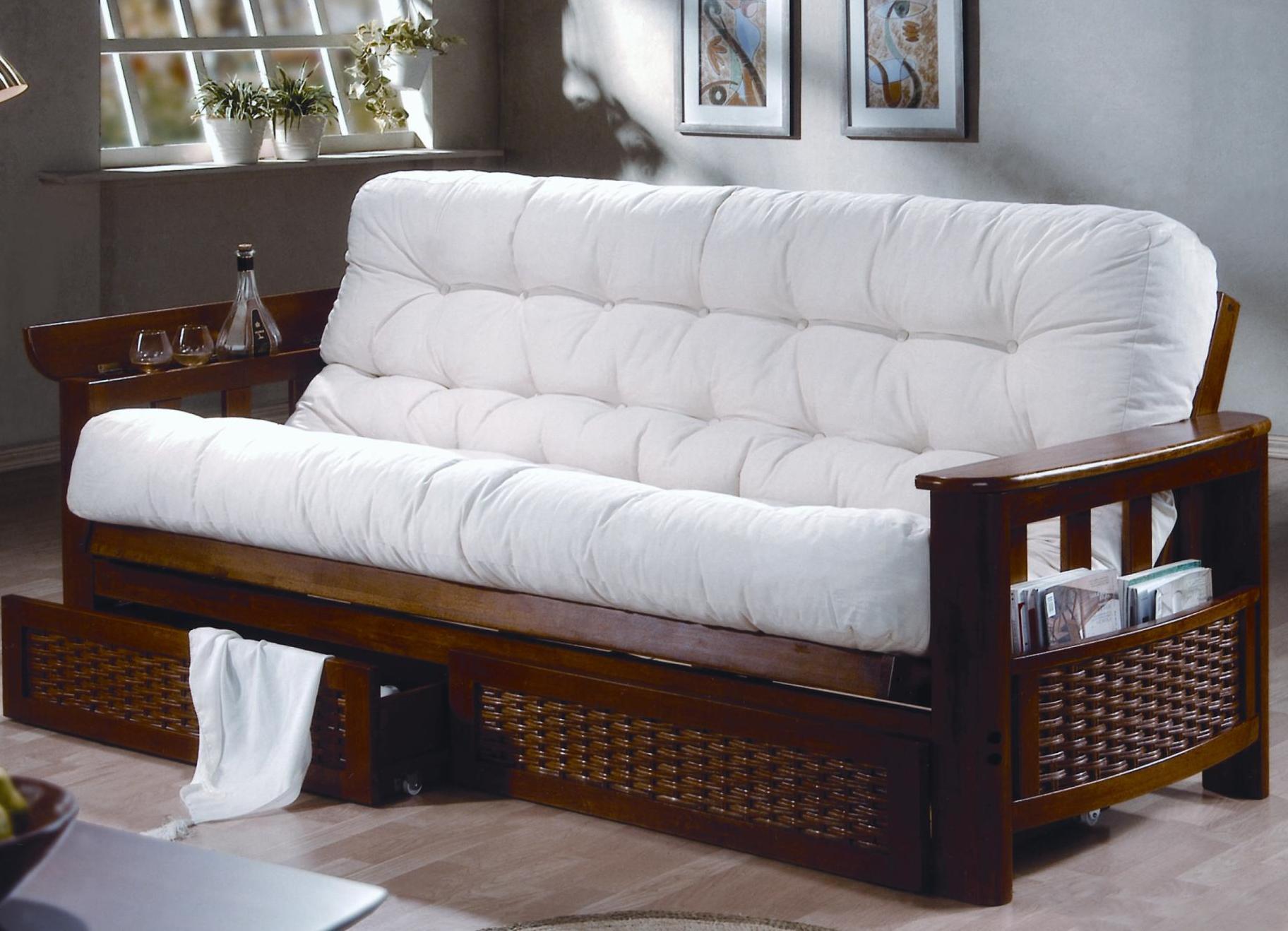 Деревянный диван в интерьере дома
